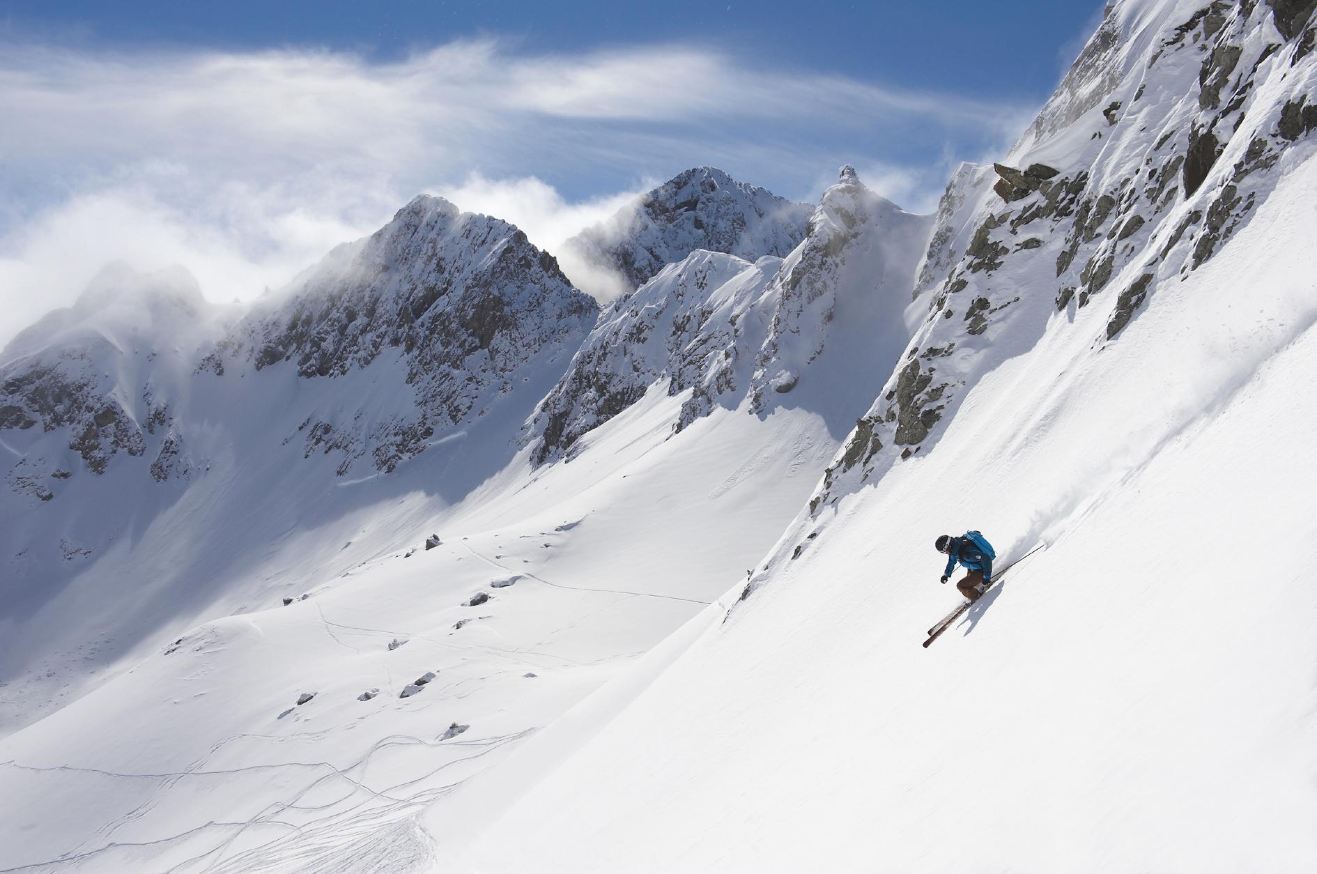Skifahrer im Powderschnee