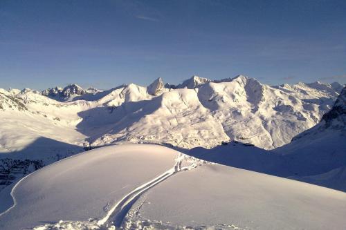 Schneespur in den Bergen